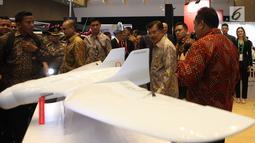 "Wakil Presiden Jusuf Kalla meninjau pameran Indo Defence 2018 Expo & Forum"" di JIExpo Kemayoran, Jakarta, Rabu (7/11). Pameran ini diikuti lebih dari 867 peserta dari 59 negara termasuk Indonesia. (Merdeka.com/Imam Buhori)"