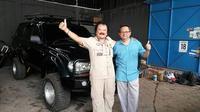 Hartawan Hauwke Setjodiningrat (kiri) dan Sunny Ruslie (kanan) berencana keliling dunia menggunakan Land Cruiser VX (Arief/Liputan6.com)