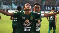 Misbakus Solikin mencetak gol kemenangan Persebaya atas Arema, Minggu (6/5/2018) di Stadion Gelora Bung Tomo, Surabaya. (Bola.com/Aditya Wany)