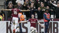 Pemain West Ham United, Declan Rice, melakukan selebrasi usai membobol gawang Arsenal pada laga Premier League di Stadion London, Sabtu (12/1). West Ham United menang 1-0 atas Arsenal. (AP/Tim Ireland)