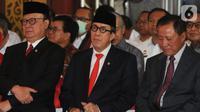 Yasonna Laoly (tengah) bersama Tjahjo Kumolo (kiri) didampingi Amir Syamsuddin (kanan) saat serah terima jabatan Menteri Hukum dan Hak Asasi Manusia (Menkumham) di Jakarta, Rabu (23/10/2019). Yasonna Laoly menggantikan Tjahjo Kumolo yang sebelumnya menjabat Plt Menkumham. (merdeka.com/Dwi Narwoko)