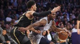 Pebasket LA Lakers, Josh Hart, menghadang pebasket Minnesota Timberwolves, Andrew Wiggins, pada laga NBA di di Staples Center, Sabtu (7/4/2018). Timberwolves menang 113-96 atas LA Lakers. (AP/Reed Saxon)