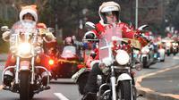 Sejumlah pengendara motor gede mengenakan kostum Santa Claus dan rusa di kota Tokyo, Jepang, (23/12). Sekitar 500 pengendara Harley mengikuti touring ini. (AFP PHOTO/Toru Yamanaka)