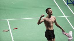 Pebulutangkis Indonesia, Jonatan Christie, melakukan selebrasi usai menaklukkan wakil China Taipei, Chou Tien Chen, pada final tunggal putra bulutangkis di Istora Senayan, Selasa (28/8/2018). Jonatan menang 21-18, 20-22, 21-15. (Bola.com/Peksi Cahyo)
