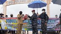 Foto : Kolonel Marinir Totok Nurcahyanto, saat menyerahkan bantuan sembako untuk warga terdampak covid-19 (Liputan6.com/Dion)