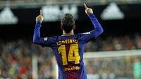 Gelandang Barcelona, Philippe Coutinho, melakukan selebrasi usai mencetak gol ke gawang Valencia pada laga leg kedua semifinal Copa del Rey di Stadion Mestalla, Kamis (8/2/2018). Barcelona menang 2-0 atas Valencia. (AP/Alberto Saiz)