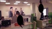 Aksi dua penari tanpa busana yang melakukan protes kepada petugas bank di Rusia (capture/NaijaDays Blog)