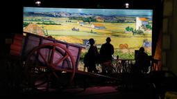 Pengunjung mengamati sejumlah koleksi dalam proyek pameran Meet Vincent van Gogh Experience di London, Inggris, Selasa (25/2/2020). Pameran ini mengajak para pengunjung menyelami dunia sang maestro. (Xinhua/Han Yan)