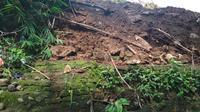 Penampakan sisa puing dan tumpukan batu bata bangunan Situs Keramat Sultan Matangaji Cirebon akibat aktivitas alat berat diduga tanpa seizin warga. Foto (Liputan6.com / Panji Prayitno)