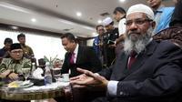 Ulama asal India, Zakir Naik saat berbincang dengan Ketua MPR, Zulkifli Hasan di Gedung Nusantara III, Jakarta, Jumat (31/3). Zakir Naik mengaku terkesan bisa hadir di Indonesia dengan negara berpenduduk mayoritas Muslim. (Liputan6.com/Johan Tallo)