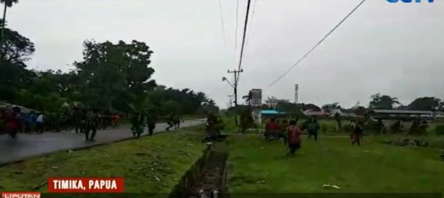 Bentrokan dipicu terbunuhnya dua pemuda di Area Jalan Freeport Lama, Kampung Olaroa, Distrik Kwamki Narama oleh orang tidak di kenal.