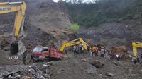 Tim gabungan melakukan pencarian terhadap korban longsor di lokasi penambangan pasir lereng gunung Merapi, Magelang, Jawa Tengah, Senin (18/12). Dari belasan korban yang tertimbun material galian pasir, 8 orang ditemukan dalam kondisi tewas. (AFP Photo)