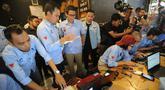 Cawapres 02 Sandiaga Uno saat meninjau sekaligus memberi dukungan kepada relawan yang melakukan penghitungan C-1 di Insomniak Caffe and Lounge, Ciputat Timur, Tangerang Selatan, Kamis (25/4). Data C1 yang masuk hitungan relawan Ruang Sandi disebutkan sekitar 20 ribu. (merdeka.com/Arie Basuki)