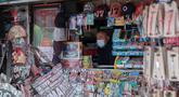 Penjual yang mengenakan masker menunggu pelanggan di Madrid, Spanyol, 21 Oktober 2020. Hingga 21 Oktober 2020, jumlah kasus COVID-19 di Spanyol sejak awal pandemi telah mencapai angka 1.005.295. (Xinhua/Meng Dingbo)