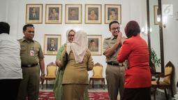 Gubernur DKI Jakarta Anies Baswedan didampingi istrinya Fery Farhati Ganis bersalaman dengan pegawai Pemprov dan warga Jakarta saat menggelar halal bihalal di Balaikota, Jakarta, Senin (10/6/2019). (Liputan6.com/Faizal Fanani)