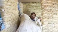 Lelaki China sengaja membuatkan rumah mainan untuk calon anaknya dari dua ribu paket mi instan (Dok.Twitter/People's Daily)