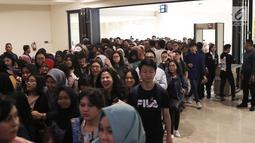 Fans BLACKPINK memasuki area acara Meet Lisa from BLACKPINK di Kota Kasablanka, Jakarta, Kamis (9/8). Ini merupakan pertama kalinya Lisa BLACKPINK datang ke Indonesia. (Liputan6.com/Herman Zakharia)