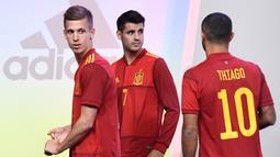 Pemain Timnas Spanyol, Dani Olmo, Alvaro Morata dan Thiago Alcantara saat launching jersey baru di Las Rozas, Madrid, Spanyol, Rabu (13/11). Jersey baru tersebut untuk menyambut Piala Eropa 2020. (AFP/Oscar Del Pozo)