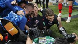Yuri Cortez (bawah) jatuh sambil memotret  selebrasi gol pemain Kroasia pada semifinal Piala Dunia 2018 di Luzhniki Stadium, Moskow, (11/7/2018). Yuri jatuh saat perayaan gol skuat Vatreni. (AP Photo/Frank Augstein)