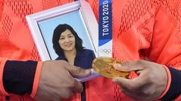 Atlet yang berasal dari Perfektur Okinawa tersebut mengungkapkan bahwa ibunya, yang meninggal pada 2019 silam, merupakan orang yang selalu mendukung dirinya sejak kecil. Ia berpikir bahwa ibunya akan tersenyum dan menangis di surga ketika dirinya berhasil persembahkan emas. (Foto: AP/Vincent Thian)