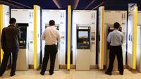 Nasabah melakukan transaksi di ATM Mandiri, Jakarta, Selasa (6/6). PT Bank Mandiri (Persero) Tbk menyiapkan dana tunai sebesar Rp23,5 triliun atau Rp1,1 triliun per hari selama bulan ramadan hingga lebaran. (Liputan6.com/Angga Yuniar)