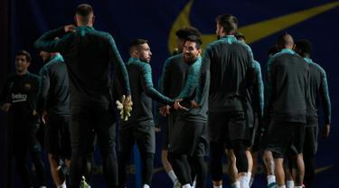 Penyerang Barcelona, Lionel Messi (tengah) bersama rekan-rekannya tiba mengikuti sesi latihan tim di Joan Gamper Sports City di Sant Joan Despi (4/11/2019). Barcelona akan bertanding melawan wakil Rusia, SK Slavia Praha pada Grup F Liga Champions di Camp Nou. (AFP Photo/Lluis Gene)