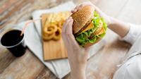 Junk Food Bisa Timbulkan Jerawat?
