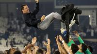 Mantan pemain Barcelona, Xavi Hernandez diangkat para pemain Al Sadd usai merebut Piala Qatar 2020 (KARIM JAAFAR / AFP)