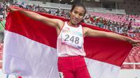 Putri Ni Made Arianti pelari Indonesia berhasil meraih medali perak di cabang para atletik nomor lari 400 meter T13 pada Asian Para Games 2018, di Stadion Utama Gelora Bung Karno Jakarta, Kamis(11/10/2018).  (Bola.com/Peksi Cahyo)