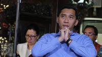 Edhie Baskoro Yudhoyono (Ibas) menyimak konferensi pers Ketum Partai Demokrat Susilo Bambang Yudhoyono (SBY) di Cikeas, Bogor, Rabu (2/11). SBY angkat suara seputar isu terhangat yang ada di Indonesia satu minggu belakangan. (Liputan6.com/Herman Zakharia)