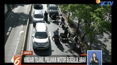 Demi menghindari tilang di Pramuka Raya, Jakarta Pusat, puluhan sepeda motor putar balik dan lawan arah.