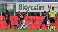Pemain AC Milan Ante Rebic mencetak gol ke gawang AS Roma pada pertandingan Serie A di Stadion San Siro, Milan, Minggu (28/6/2020). AC Milan naik ke posisi 7 klasemen dengan 42 poin usai mengalahkan AS Roma 2-0. (AP Photo/Luca Bruno)