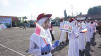 Puluhan siswa perwakilan PAUD hingga SMP mengikuti kampanye Ayo Masuk Sekolah yang digelar Pemda Garut di Lapangan Setda Garut, Jawa Barat. (Liputan6.com/Jayadi Supriadin)