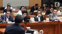 Ketua KPK Firli Bahuri (kanan), Dewan Pengawas KPK Tumpak Hatorangan Panggabean (kiri), Albertina Ho (kedua kiri), dan Artidjo Alkostar saat Rapat Dengar Pendapat (RDP) dengan Komisi III DPR di Kompleks Parlemen, Jakarta, Senin (27/1/2020). RDP membahas rencana kerja KPK. (Liputan6.com/Johan Tallo)