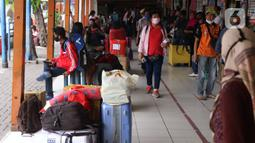 Suasana di Terminal Kalideres, Jakarta Barat, Kamis (30/7/2020). Libur Idul Adha dimanfaatkan banyak masyarakat untuk mudik ke kampung halaman. (Liputan6.com/Angga Yuniar)