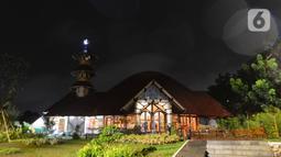 Pemandangan masjid yang terbuat dari bambu di Kecamatan Kragilan, Kabupaten Serang, Banten, Rabu (20/5/2020). Bambu dipilih sebagai material utama pada desain bangunan masjid bernama Saka Buana itu sebagai nuansa khasanah budaya dan kearifan lokal. (merdeka.com/Imam Buhori)