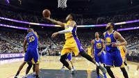 Aksi pemain LA Lakers, D'Angelo Russell #1 melakukan layup melawan Golden State Warriors pada laga NBA preseason game di T-Mobile Arena, Las Vegas, Nevada, Minggu (16/10/2016) WIB.  Golden State menang 112-107.   (Ethan Miller/Getty Images/AFP)