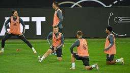 Pemain Jerman mengikuti sesi latihan jelang bertanding pada laga lanjutan UEFA Nations League di RheinEnergie Stadion, Selasa (13/10/2020). Jerman akan menghadapi Swiss di UEFA Nations League. (AFP/ Ina Fassbender)