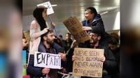 Foto yang memperlihatkan bocah muslim dan yahudi di sebuah unjuk rasa menentang kebijakan Trump membuat netizen terenyuh. (Chicago Tribune/Nuccio DiNuzzo)