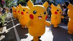 Sejumlah orang berkostum Pikachu dalam serial animasi Pokemon melakukan parade di Yokohama , Jepang , 7 Agustus 2016. (REUTERS / Kim Kyung - Hoon)
