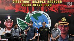 Kasubdit III Ditresnarkoba AKBP Muhammad Iqbal (kedua kiri) dan Kasubdit Penmas Polda Metro Jaya AKBP I Gede Nyeneng (kedua kanan) memberikan keterangan terkait penangkapan HHY dan FA di Gedung Ditresnarkoba Polda Metro Jaya, Jakarta, Minggu (29/9/2019). (merdeka.com/Iqbal S. Nugroho)