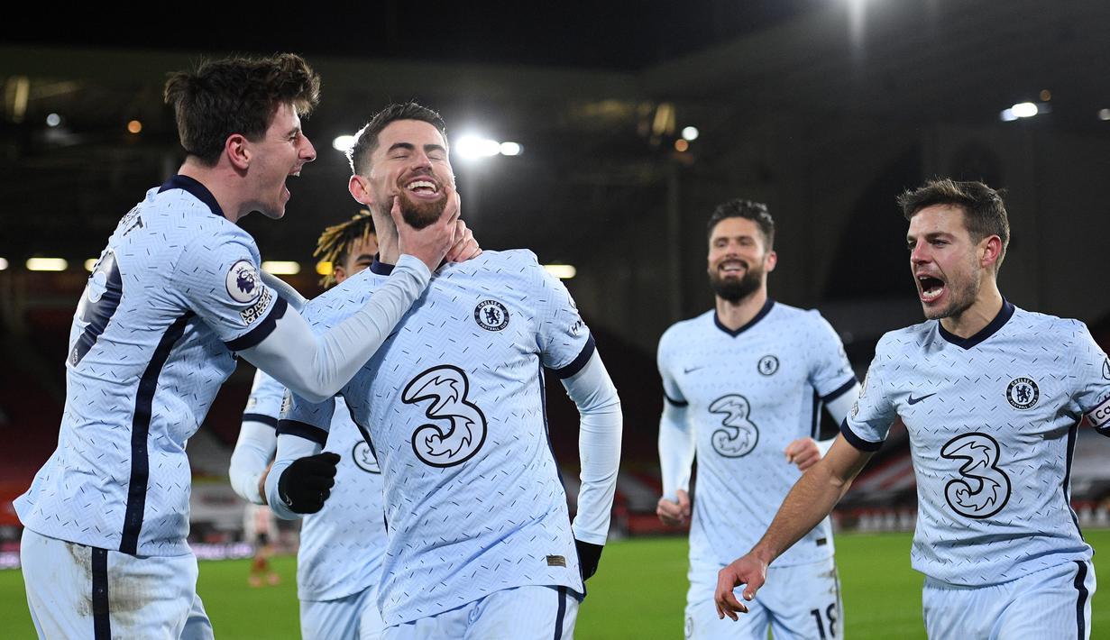 Gelandang Chelsea, Jorginho (kedua dari kiri) melakukan selebrasi bersama rekan setim usai mencetak gol kedua timnya ke gawang Sheffield United dalam laga lanjutan Liga Inggris 2020/21 pekan ke-23 di Bramall Lane, Minggu (7/2/2021). Chelsea menang 2-1 atas Sheffield United. (AFP/Oli Scarff/Pool)
