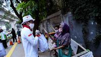 Sandiaga Uno membagikan sembako kepada warga di Jakarta Selatan. (Istimewa)