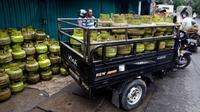 Pengendara mengangkut elpiji 3 kilogram di Jakarta, Kamis (5/3/2020). Pemerintah berencana mengembangkan jaringan gas (jargas) atau citygas guna menambal beban fiskal akibat subsidi elpiji 3 kilogram. (Liputan6.com/Johan Tallo)