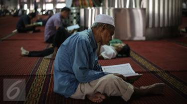 Umat muslim membaca kita suci Alquran di Masjid Istiqlal, Jakarta, Kamis (18/6/2015). Kegiatan ini dilakukan untuk beristirahat sambil menanti waktu berbuka puasa. (Liputan6.com/Faizal Fanani)