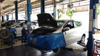 Toyota Agya sedang servis di bengkel resmi (Amal/Liputan6.com)