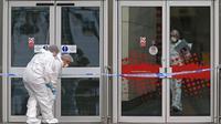 Petugas forensik polisi bekerja di kompleks perbelanjaan Arndale Centre di Manchester, Inggris. (AFP)