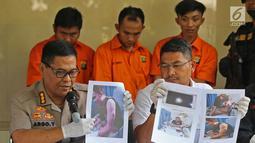 Kabid Humas Polda Metro Jaya Kombes Pol Argo Yuwono  didampingi Wadirkrimum AKBP Ade Ary menunjukan foto kasus Curas saat rilis di Polda Metro Jaya, Jakarta, Rabu (19/6/2019). (Liputan6.com/Herman Zakharia)