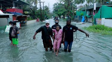 Badai siklon menempa salah satu negara bagian di India di tengah pandemi COVID-19.