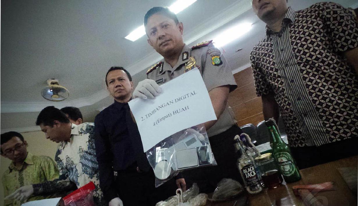 Petugas menunjukan barang bukti dalam penggerebekan di Universitas Nasional (UNAS) di Mapolres Jakarta Selatan, Jumat (15/8/14). (Liputan6.com/Faizal Fanani)